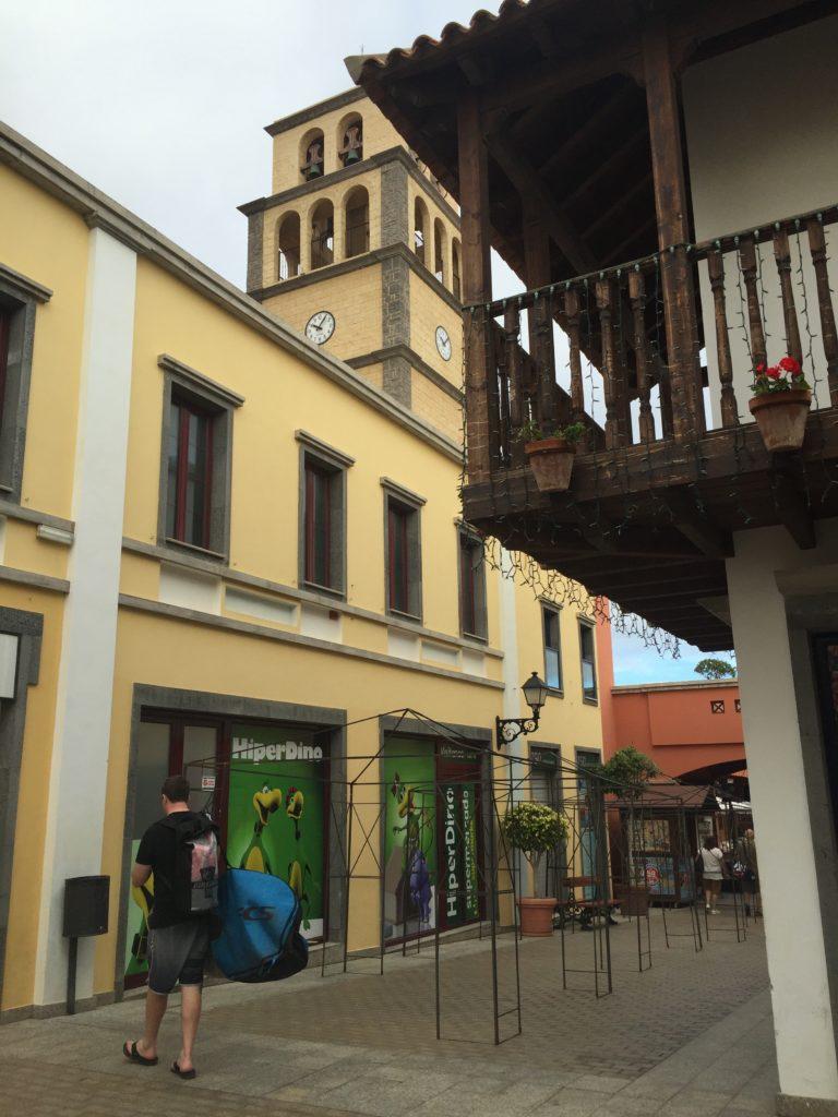 Kjøpesenteret El Campanario ligger to minutter fra hotellet, og har alt av butikker, spisesteder og underholdning.