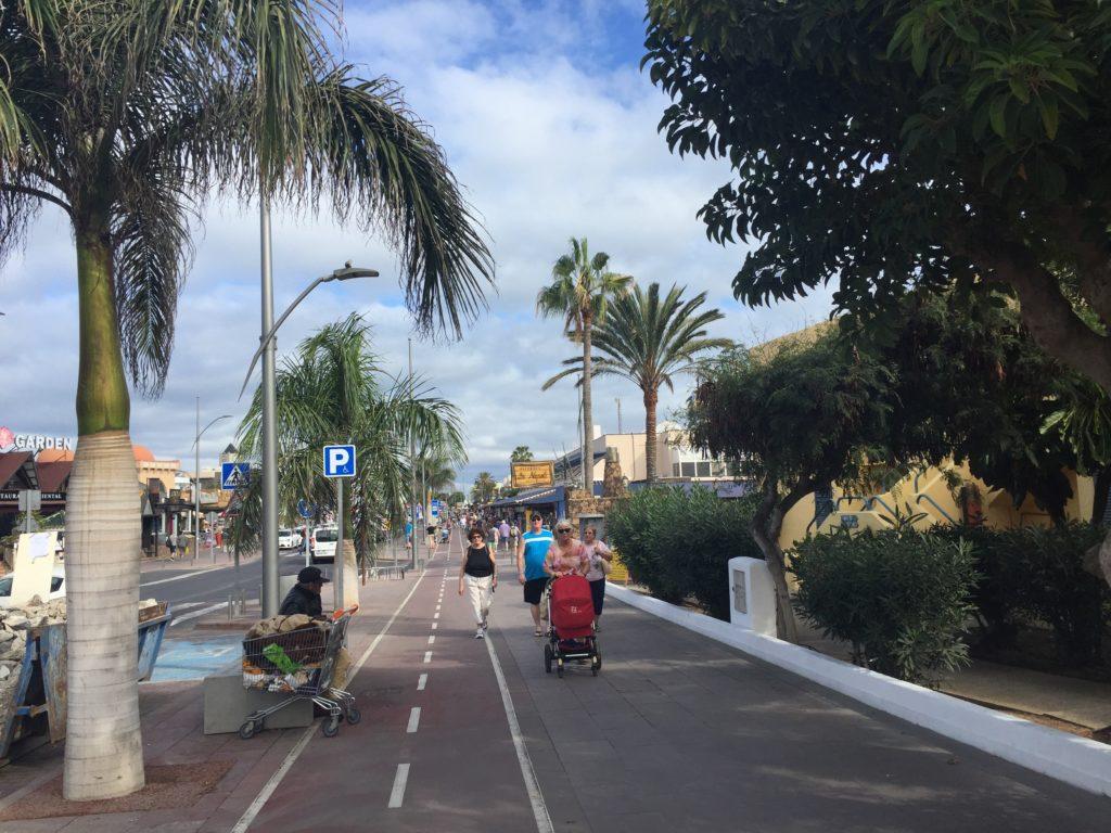 Hovedgaten i Corralejo fra hotellet til havnen.