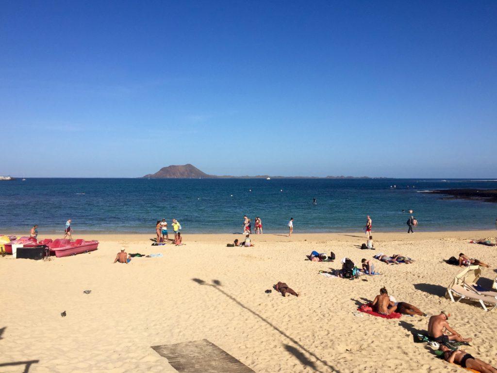 Den nærmeste stranden er bystranden i Corralejo.