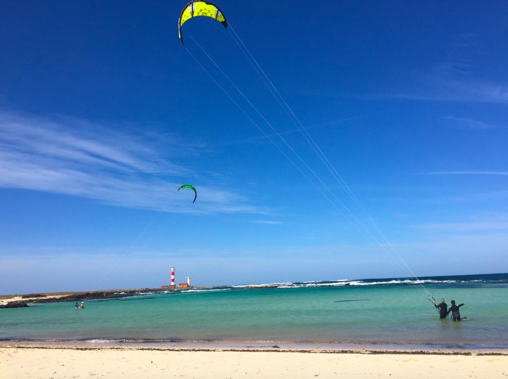 Ute ved fyret har kiterne funnet en passende lagune å trene i.
