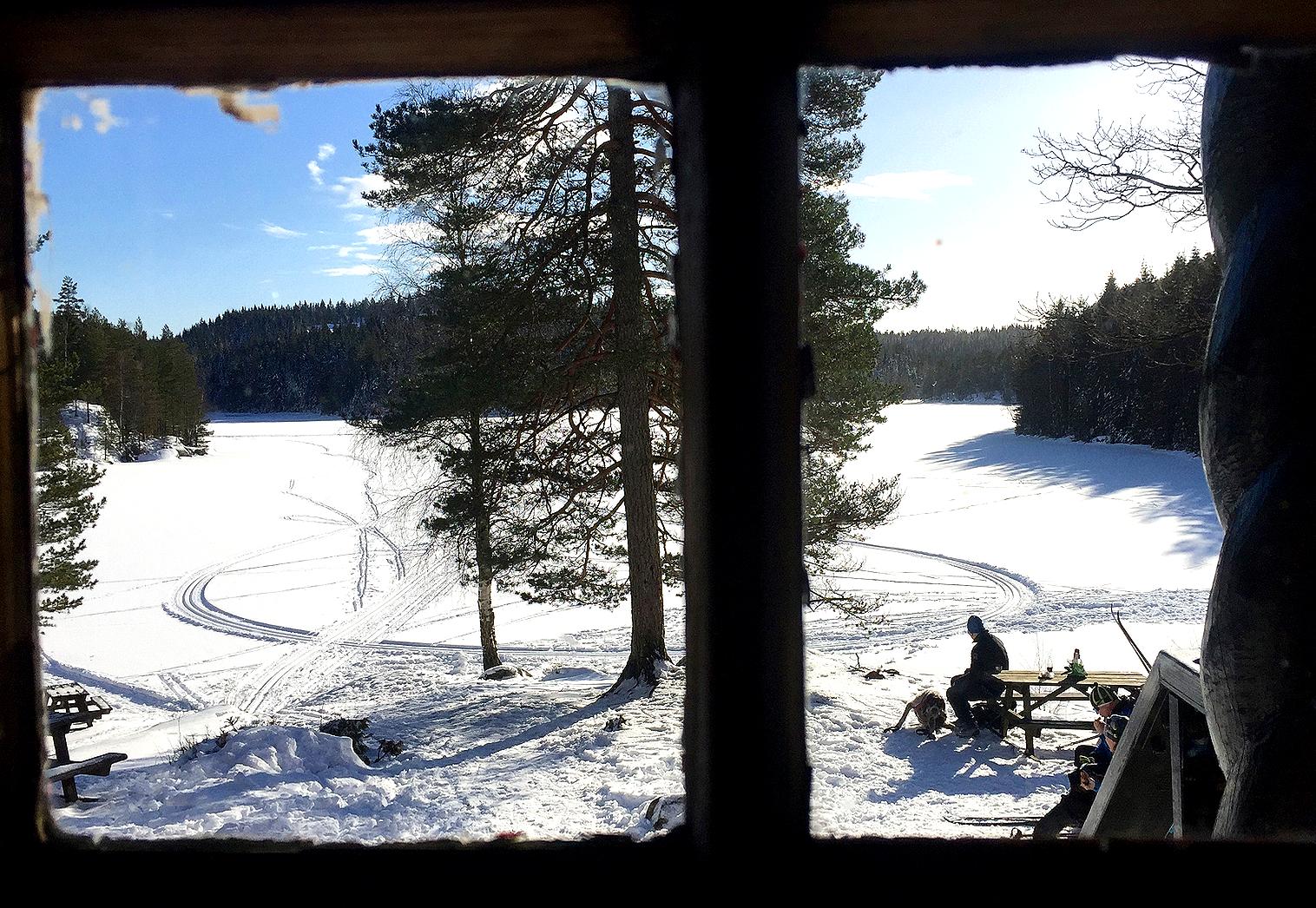 Utsikt over Stikkvann gjennom hyttevinduet.