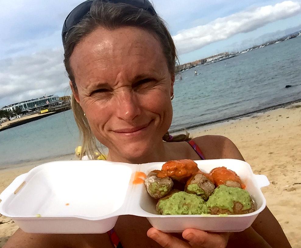 Papas Arrgugadas fra nærmeste strandrestaurant ble delvis fast take away-lunsj.