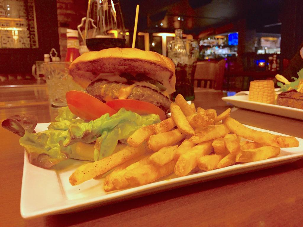 KRAFTFOR: Lange skiturer krever energi, og begge middagen ble inntatt på Steaks & Bones, som ligger helt til venstre i hotellbygget. Greit nok at vi var sultne, men maten var veldig god.