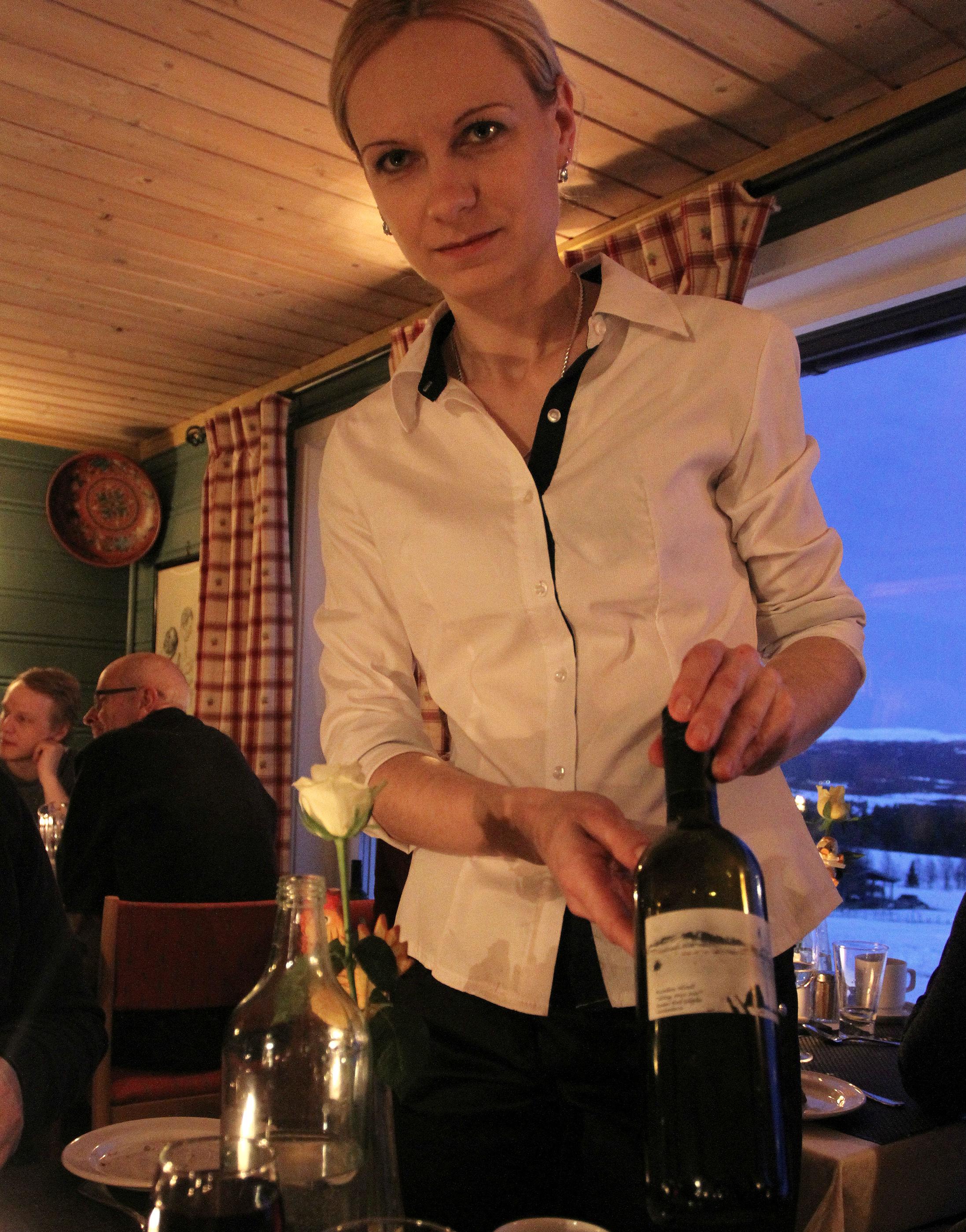 EGEN ETIKETT: Hotellet importerer rødvin direkte fra leverandører Italia og Bulgaria, og har sin egen etikett på flaskene. Med fjell og ski, naturligvis.