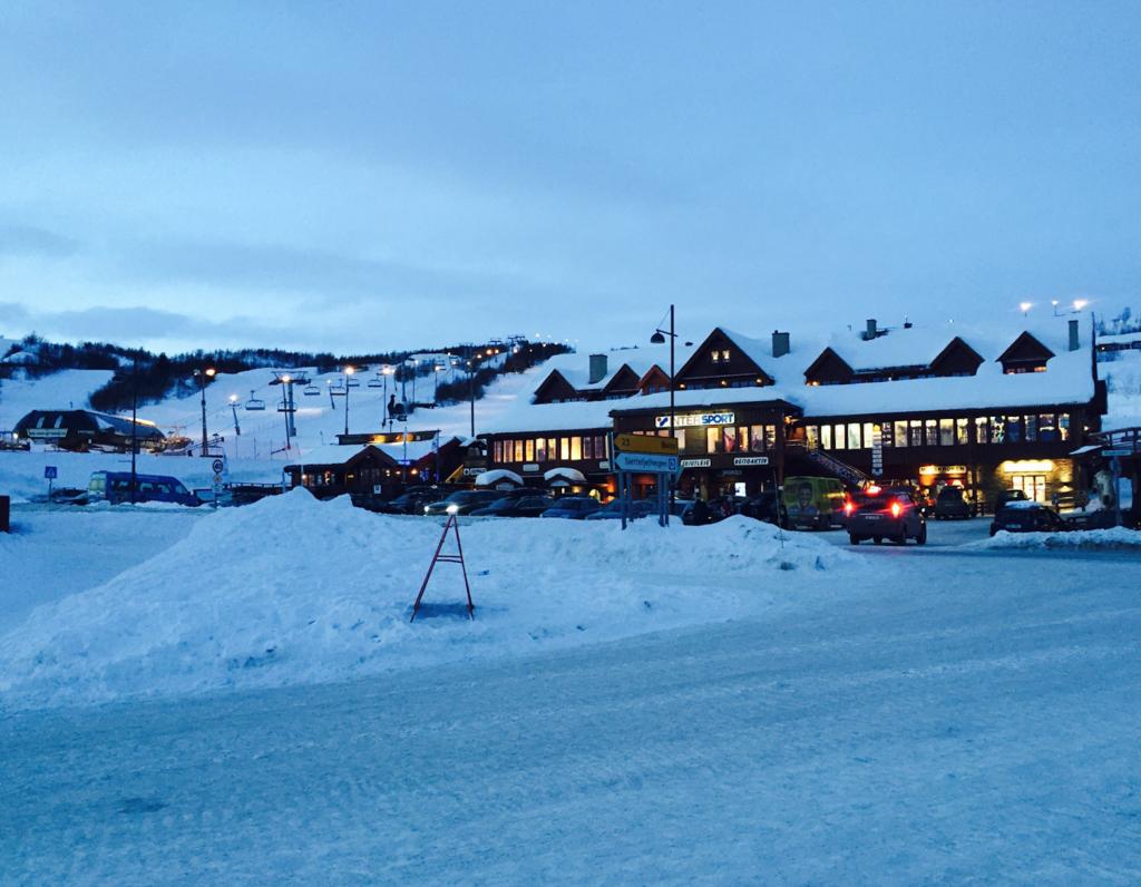 SENTER: «Sentrum» på Beito med butikker og noen restauranter. Den gamle skiheisen, Ola Expressen, sees til bak til venstre.