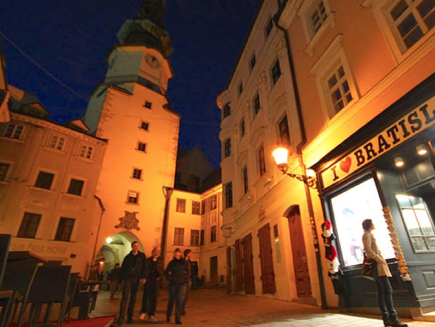 BRATISLAVA: Den brolagte Mikaelsgaten med den gamle byporten i bakgrunnen.