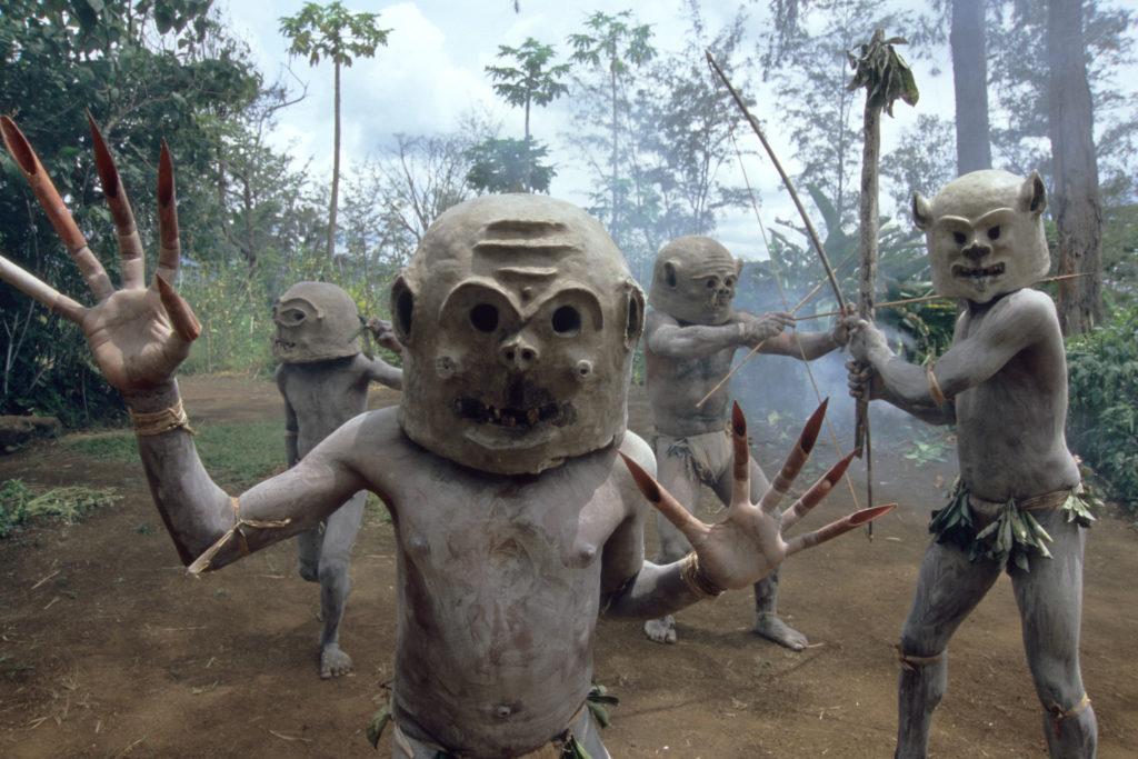 GJØRMEDANS: «Mudman»-sermoni i Goroko. Foto: Tor Inge Ognedal.