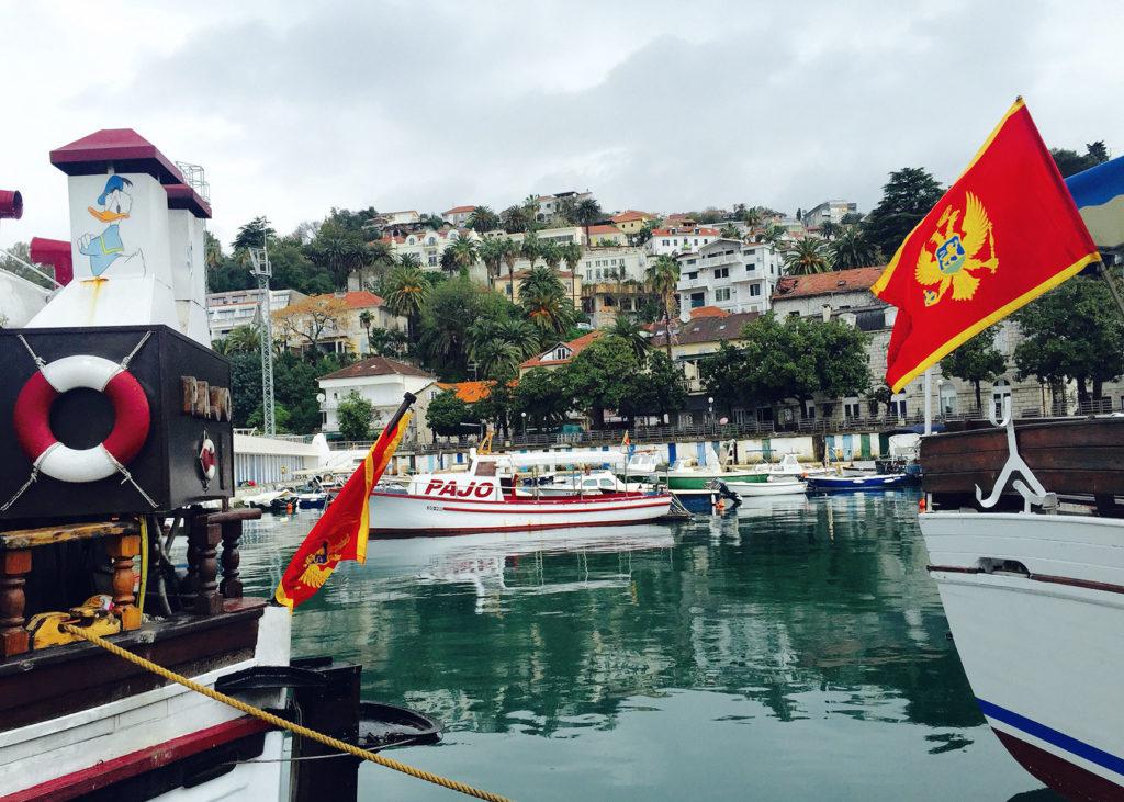 FARGERIKT: I havnen ligger moderne og tradisjonelle båter side om side.