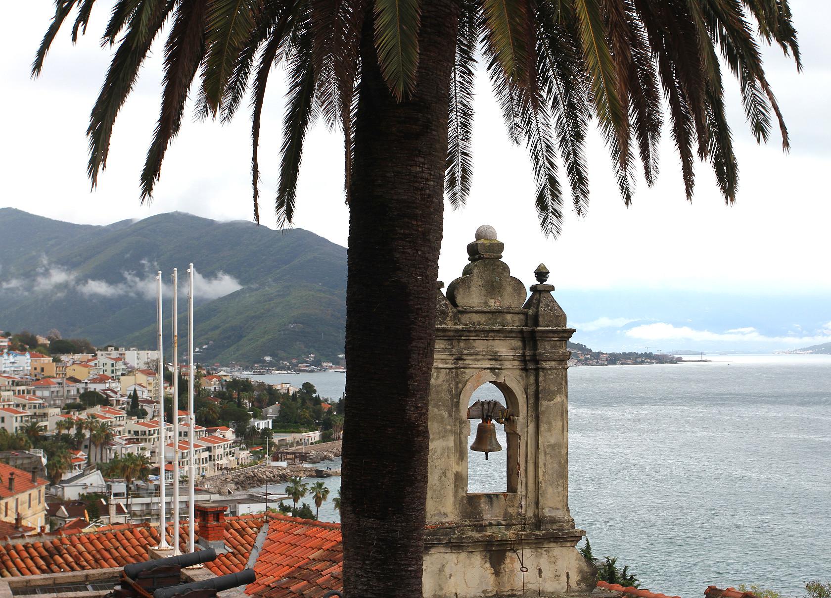 HERCEG NOVI: Beliggenheten ved innseilingen til Kotorbukta har gjort byen attraktiv opp gjennom årene.