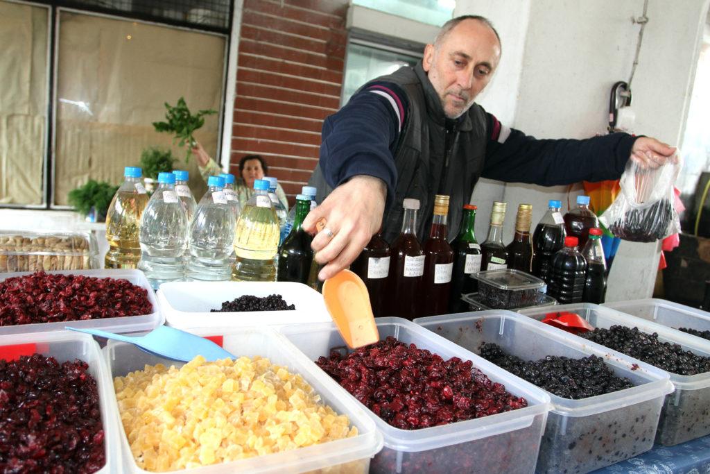 TRADISJONELT: På markedet kjøpte jeg en god blaning av tørkede bær.