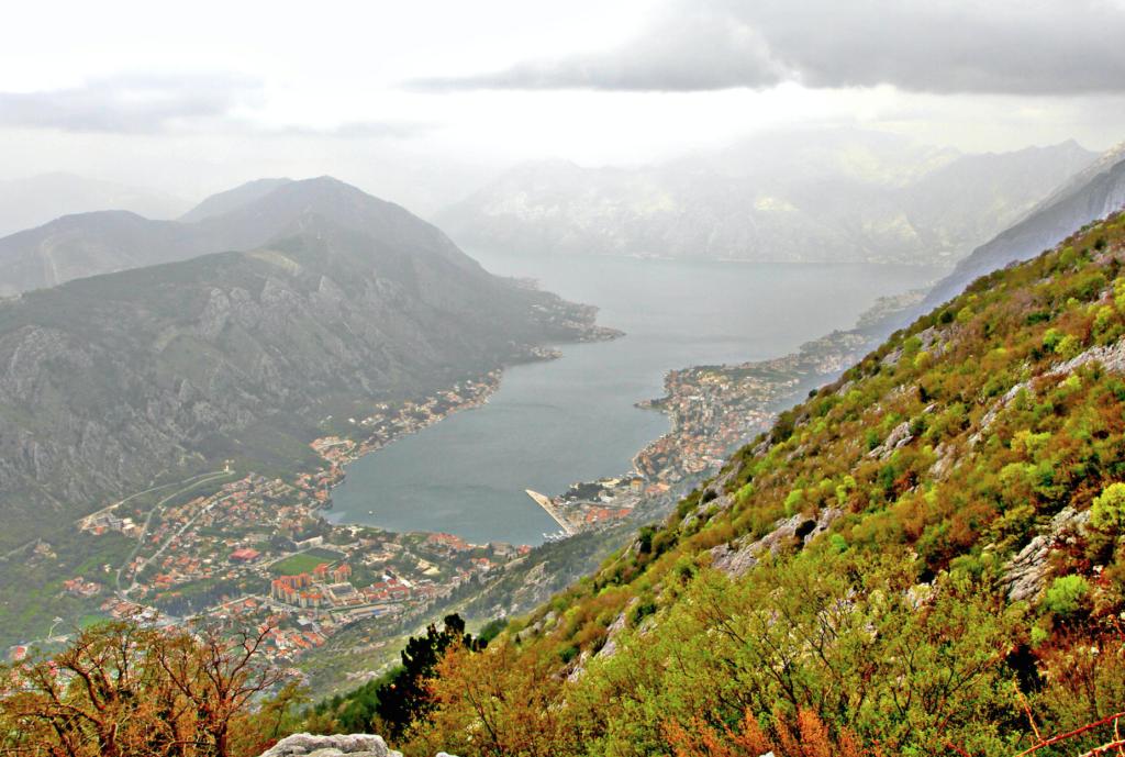 KOTOR. Halvveis opp i fjellheimen har vi denne utsikten over Kotor og fjorden.