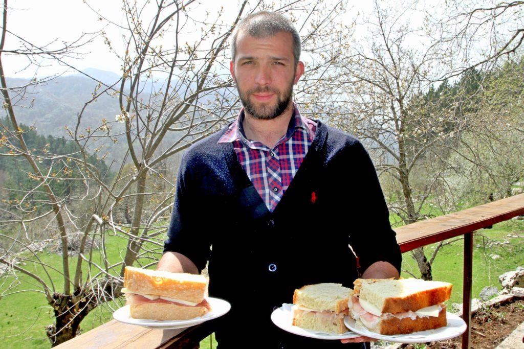 HJEMMELAGET: Brød, ost og skinke er laget på stedet.