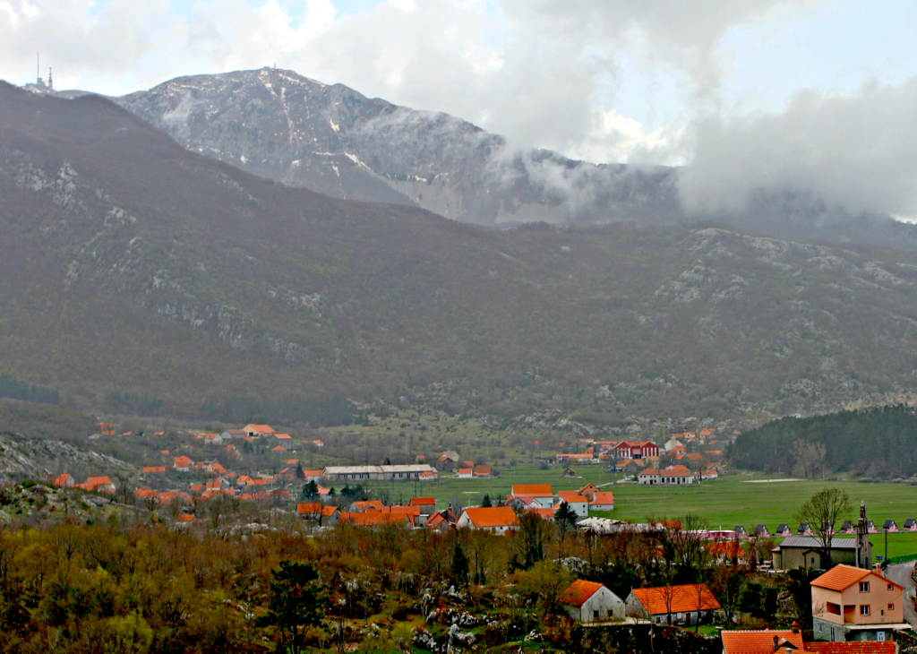 NASJONALPARK: Landsbyen Bukovicu med den 1748 meter høye toppen Stirovnik.