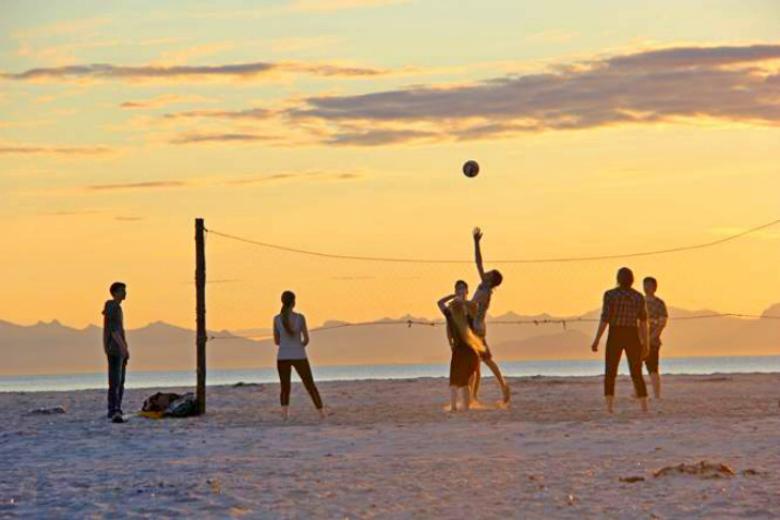 MIDNATTSOL: Ungodmmer spiller sandvollyball på populære Bøsanden i Steigen.