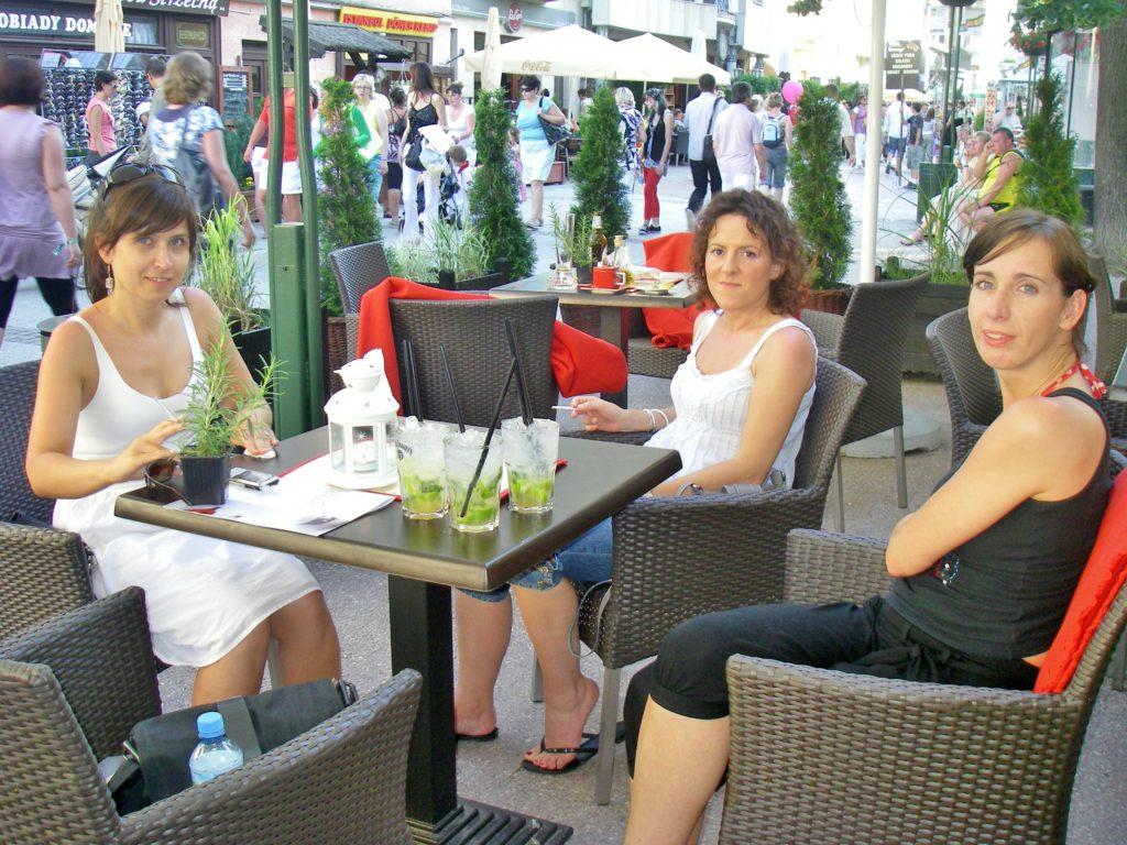 KAFELIV: I gågaten møtte vi vi tre lokale jenter som koste seg med en mojito i sommervarmen.