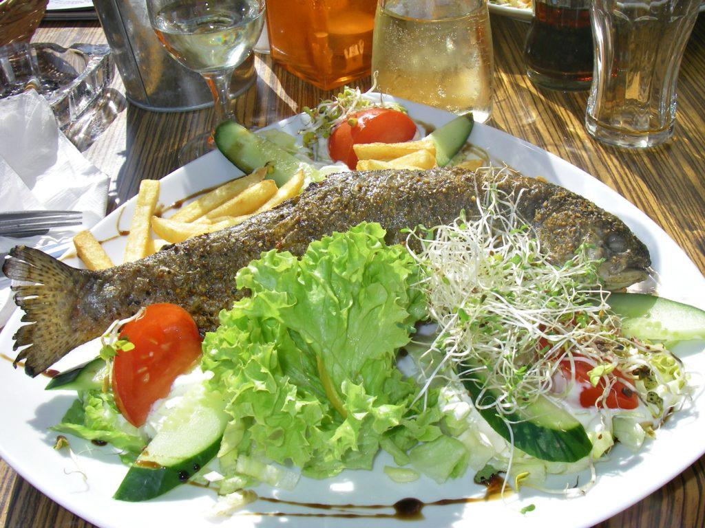 LUNSJ: Vi gikk for lokal grillet fisk i Gdansk. Et godt valg!