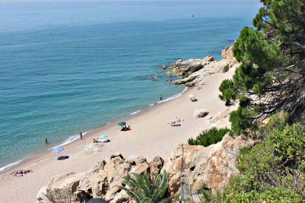 MILEVIS: Nord for byen finner du milevis med myk sand, som her i Calella, 45 min fra Barcelona.