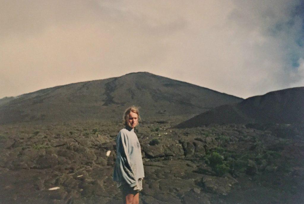 Reunion har en av verdens få levende vulkaner der du kan gå helt til toppen. Vi snudde om trent her, pga sludd og regn! Toppen i bakgrunnen er nesten 3000 meter høy. (arkivbilde fra 1996)