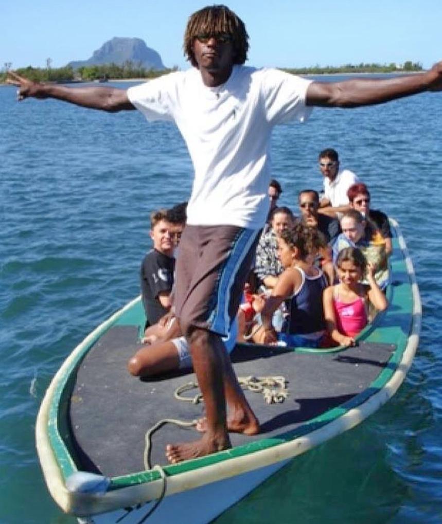 Båttur med turister utenfofor Le Morne. Skippern poserer gladelig..)