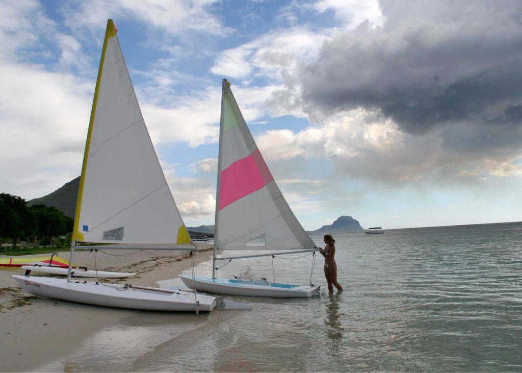Jolleseiling er morsomt, og båter kan leies på alle større hoteller.