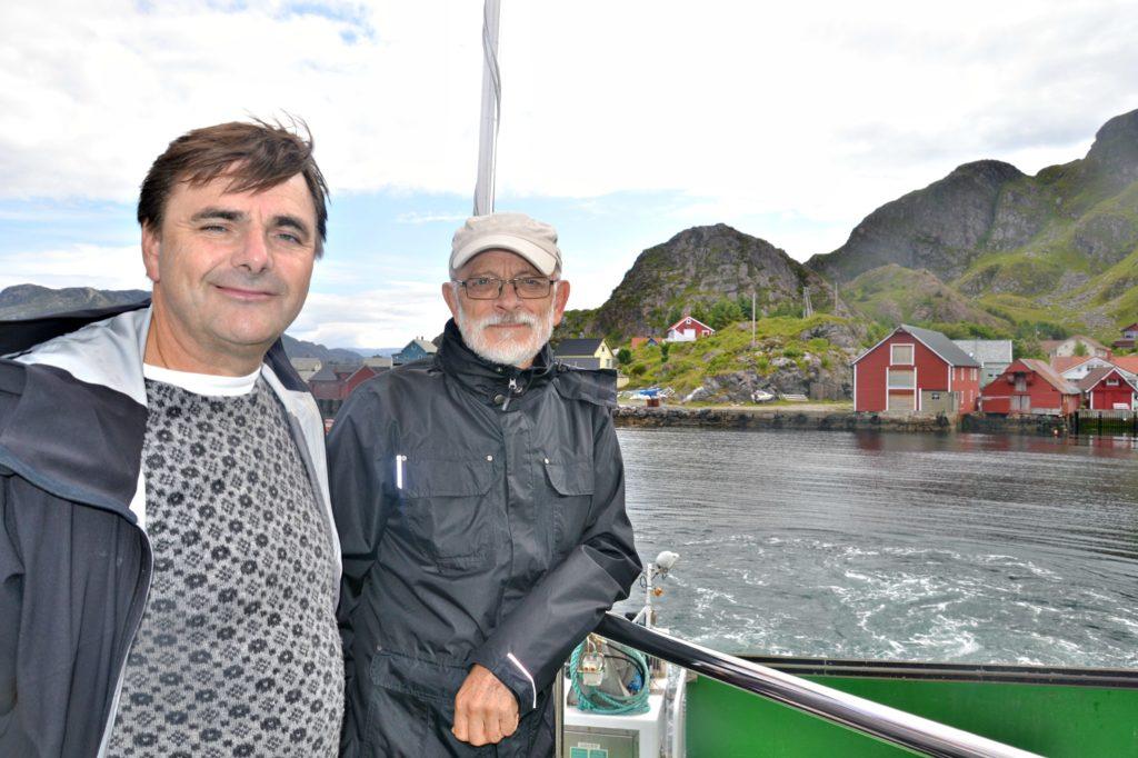 Ørjan og guide Torleif Reksten med øya Reksta bak.