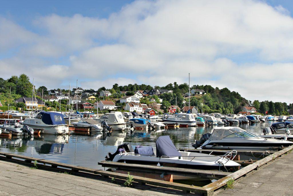 HAVNEN: Fevik har egen småbåthavn og marina.