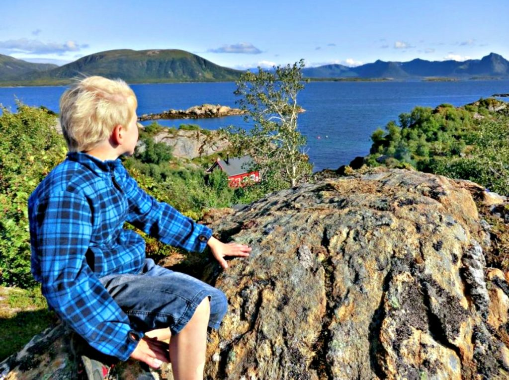 På utkikk bak Guvaghytta utenfor Nordland. Foto: Kristin Green Nicolaysen/DNT.
