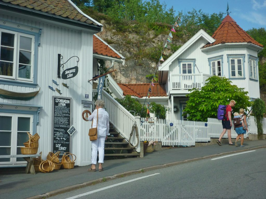 HVITT: Sentrum består av hvitmalte trehus a la Sørlandet.