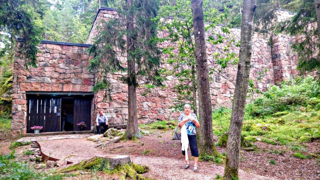 I SKOGEN: Holmsbu Billedgalleri ligger godt gjemt som en borg. Her med reisefølge svigermor Karin K. Krogh foran.