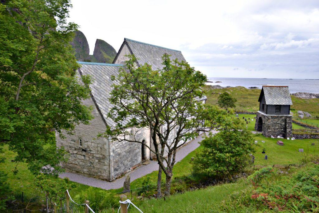 Kinn kirke bakfra med Kinnklova i bakgrunnen.