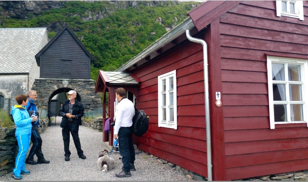 Torleif forteller om Kinnkirken og det lilel røde trehuset som er 200 år gammelt og ble brukt under sildefisket.
