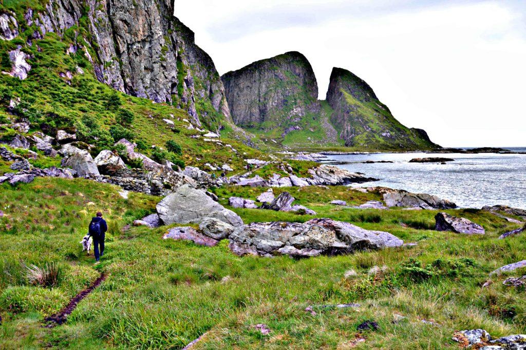 Ytterisden av Kinn innbyr til fotturer i flott natur.
