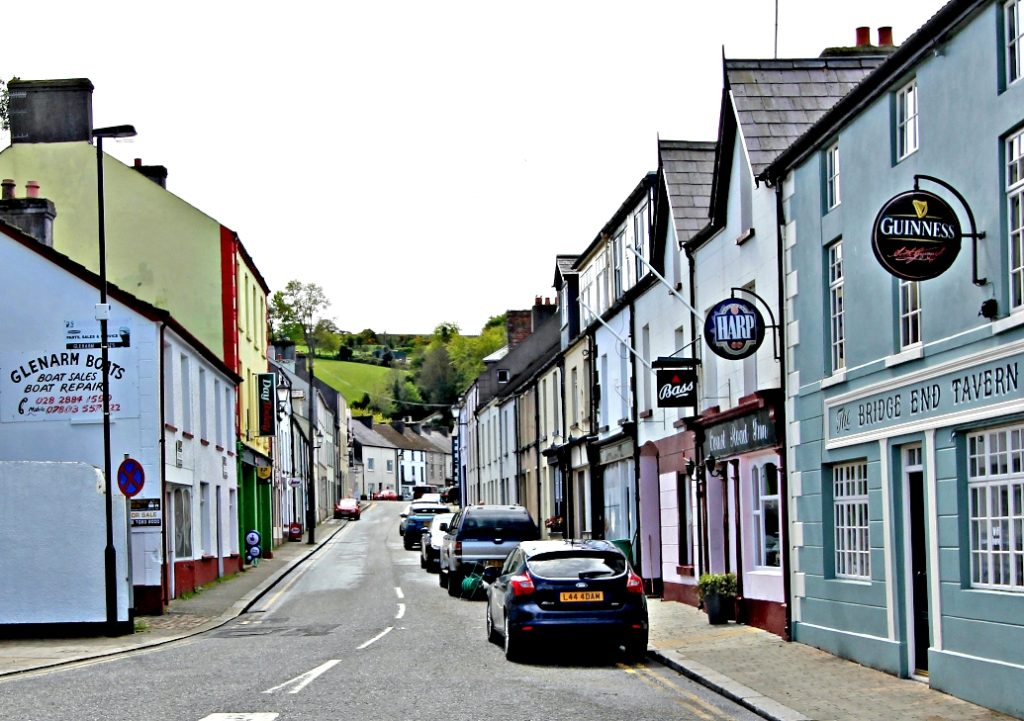 LANDBYGDA: Fargerike murhus prfer de små landbyene på den nordlige Antrim-kysten.