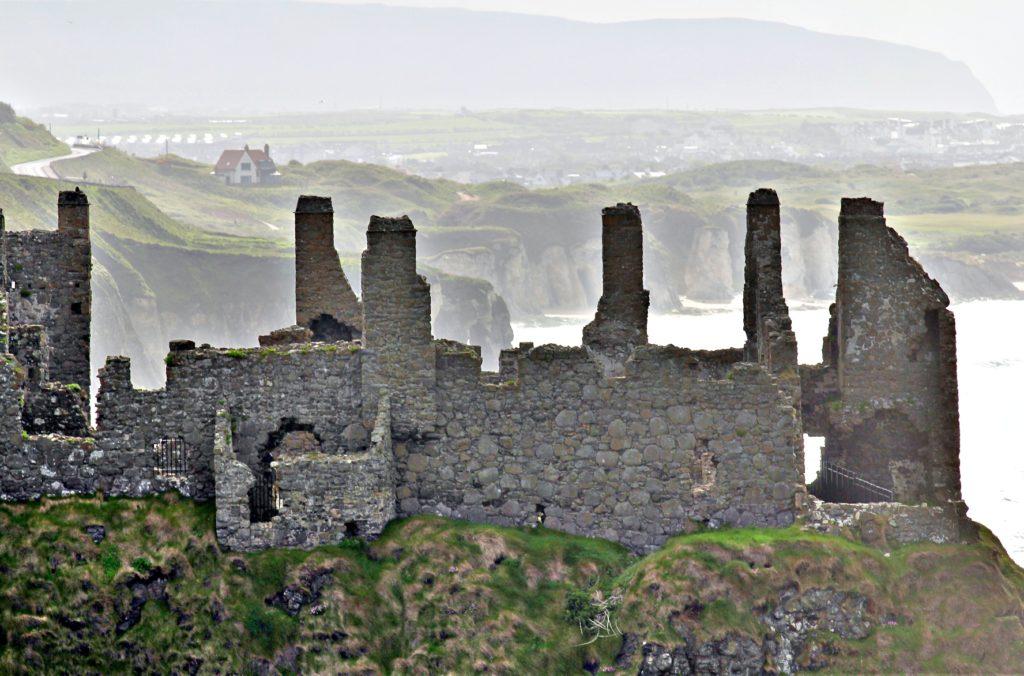 KJENDISRUIN: Dunluc Castle, eller kjent som House of Greyjoy i Tv-serien Game of Thrones. Borgen ble bygget på 1500-tallet og har en dramatisk historie. Foruten erboringer og plyndringer, falt kjøkkenet ned i havet under en storm.