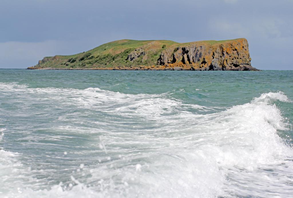 SKOTTLAND NESTE: Bak den grønne klppen ligger Skottaland en halvtimes båtur med rask RIB: