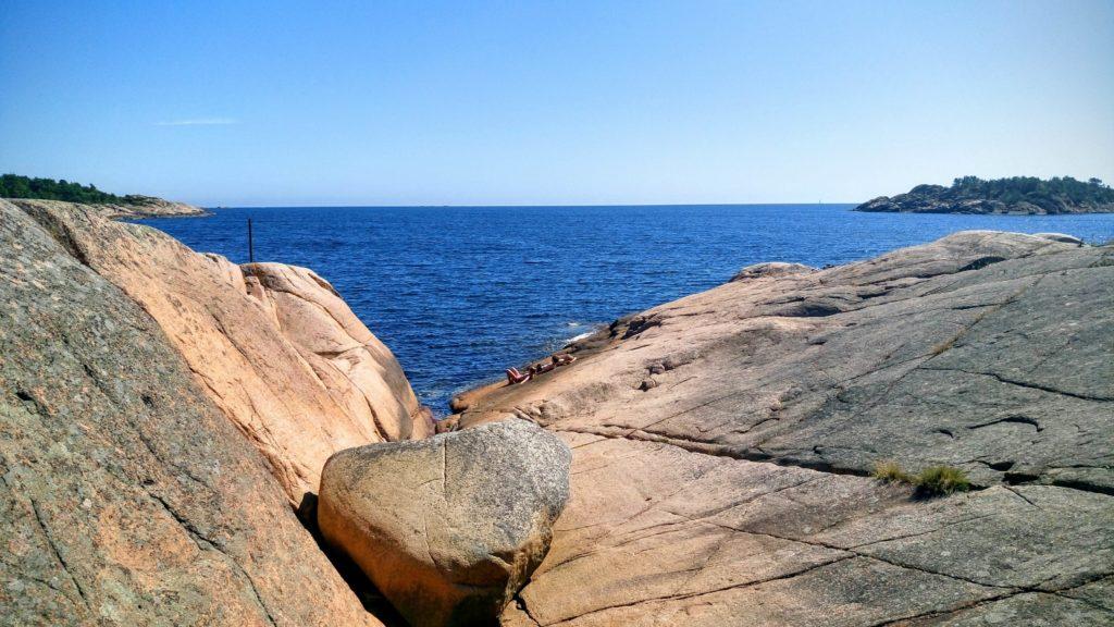 SØRLANDET: En plass for seg selv ytterst på svaberget og sol fra skyfri blått. Slik vil vi ha det!
