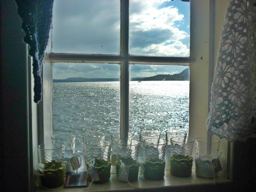 SJØLYS: Utsikten utover fjorden fra Sjøbua på Støa.