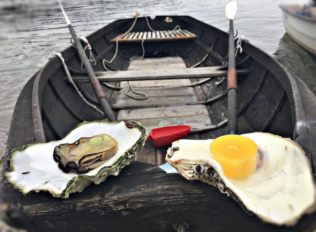 FERDIG TIL BRUK: Skjellet til venstre er dampet og klart til å spise. Det til høyre har fått et lag lakk og et telys, klart til stuebruk.
