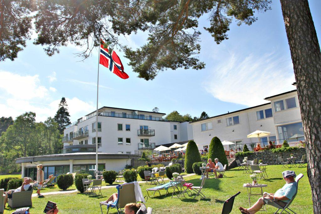 GRØNT: Strand hotell med den grønne blonsterhagen som skiller hotellet fra stranden.
