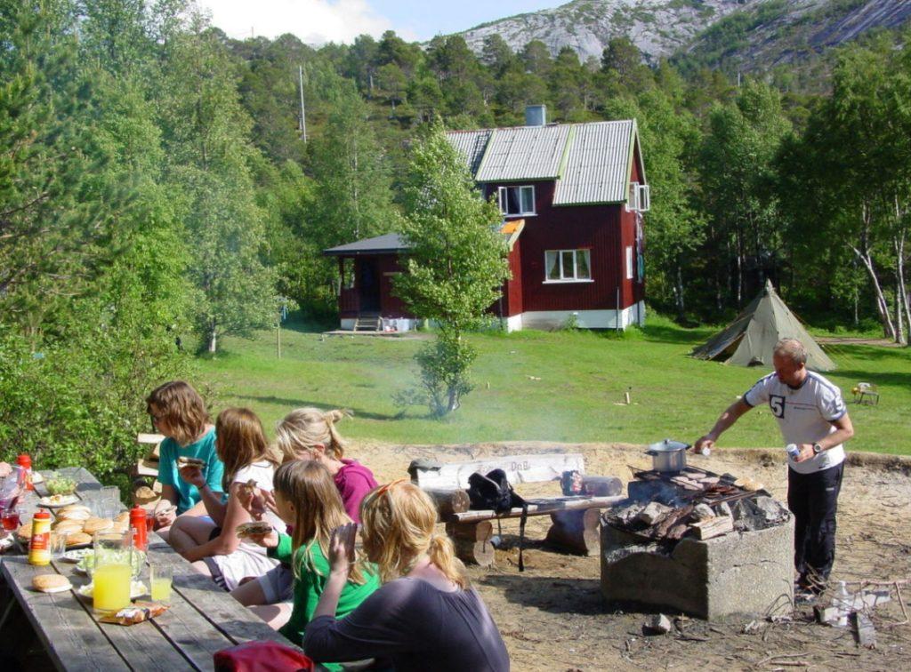 GJÆLENTUNET: Bålplassen er naturligs samlingspunkt. Foto: Femmige Andersen-Sijtsam/DNT.