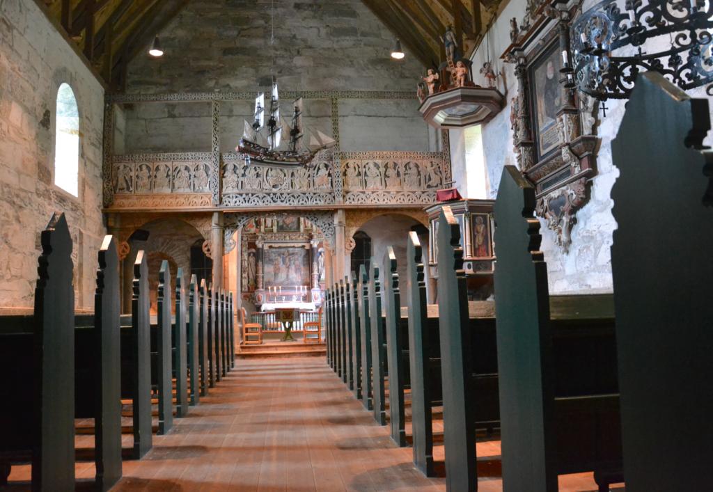 Den vakre kirken med malerier av 1500-tallsprester og seilskip hengende under taket.