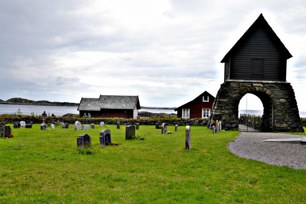 Kirkegården og kirken ligger rett ut mot storhavet. Shetland er ikke lenger unna enn Trondheim og Oslo.