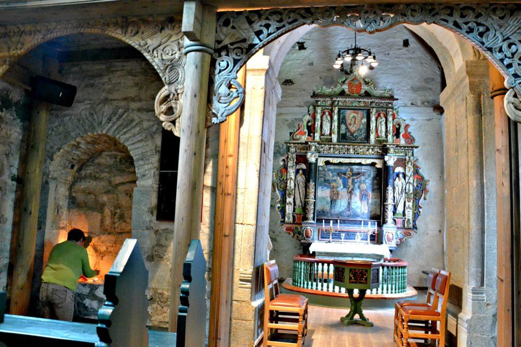 Kirkevakten tente lysene på alteret da jeg kom innom. en hyggelig gest i en vakker og eldgammel kirke.