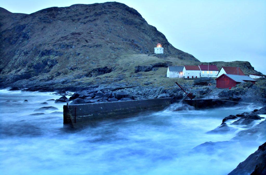 VÆRHARDT: I havna på Runde er det ikke hver dag du kan legge til brygga. Foto: Arild Eidset.
