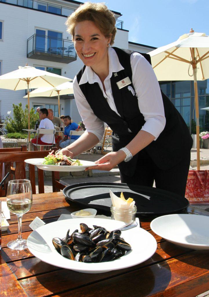 LUNSJ: Servitør Nadia sørger for meget godt pleie og matstell på terrassen.