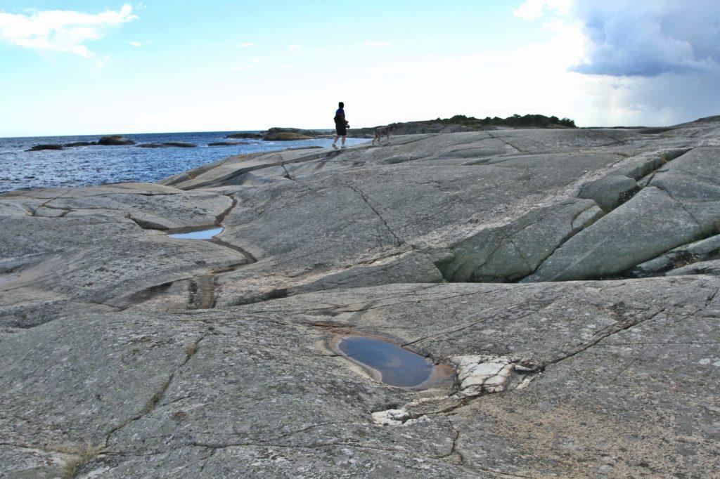 SVABERGVANDRING: Hundre meter fra pensjonatet møter du storhavet.