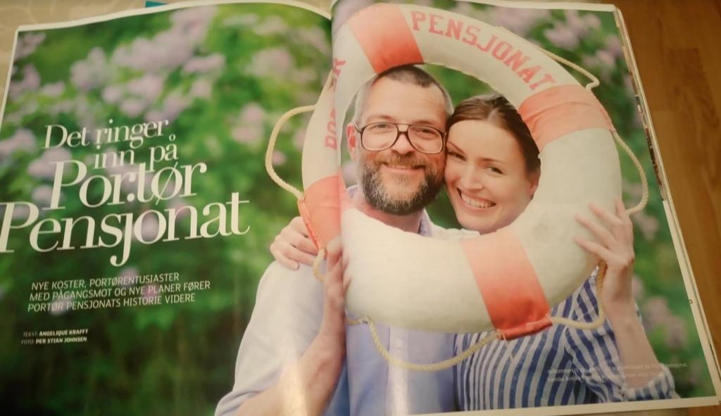 TAR TRADISJONEN VIDERE: Annika Sörell og Vidar Tjessem tok over pensjonaet i år. Foto er faksimile fra bladet «Kragerø», med bilde tatt av Per Stian Johnsen.
