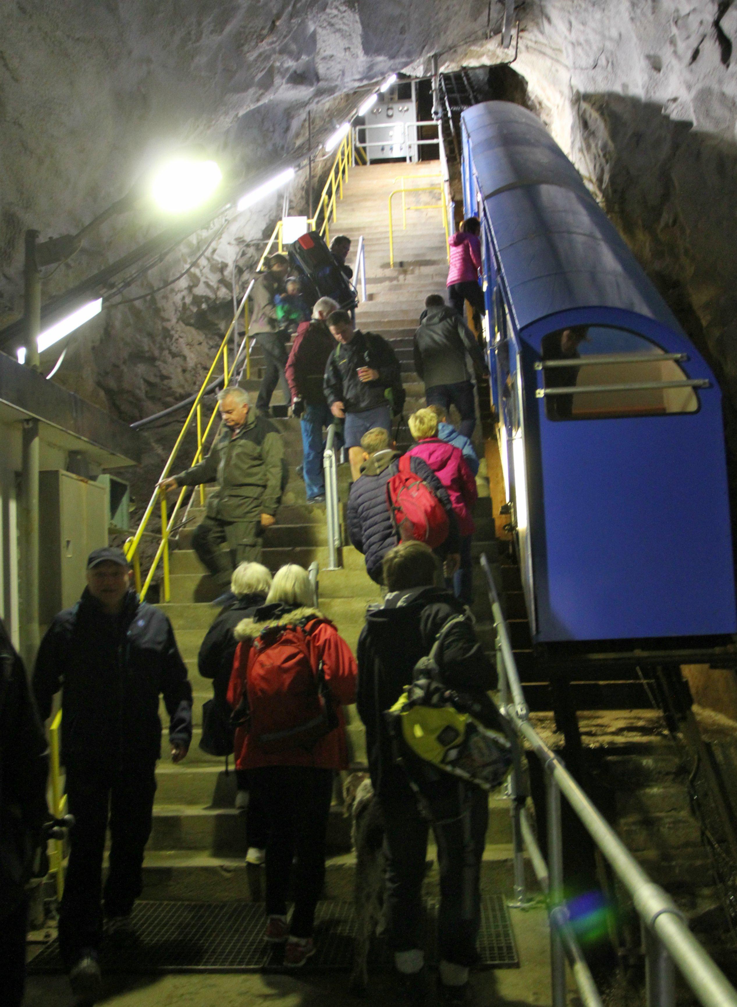 TOGBYTTE PÅ GAUSTABANEN : Midt inne i fjellet må vi av den blå T-banen og inn i dette bratte skinnetoget.