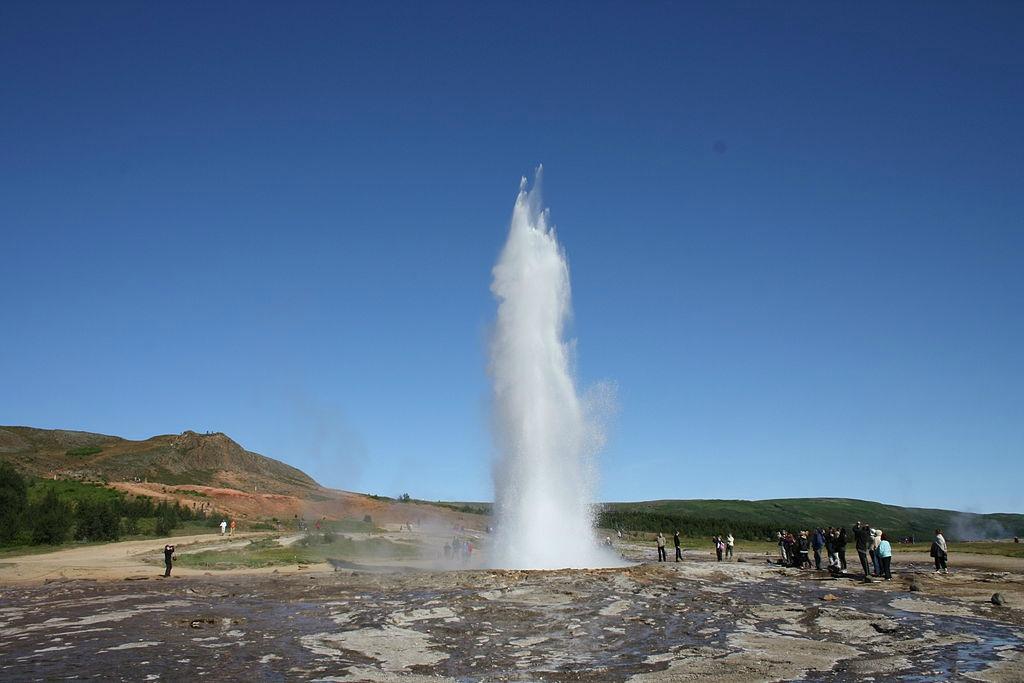 TIL VÆRS: Strokkur skyter glovarmt vann 20 m til værs. Foto: Wikimedia.