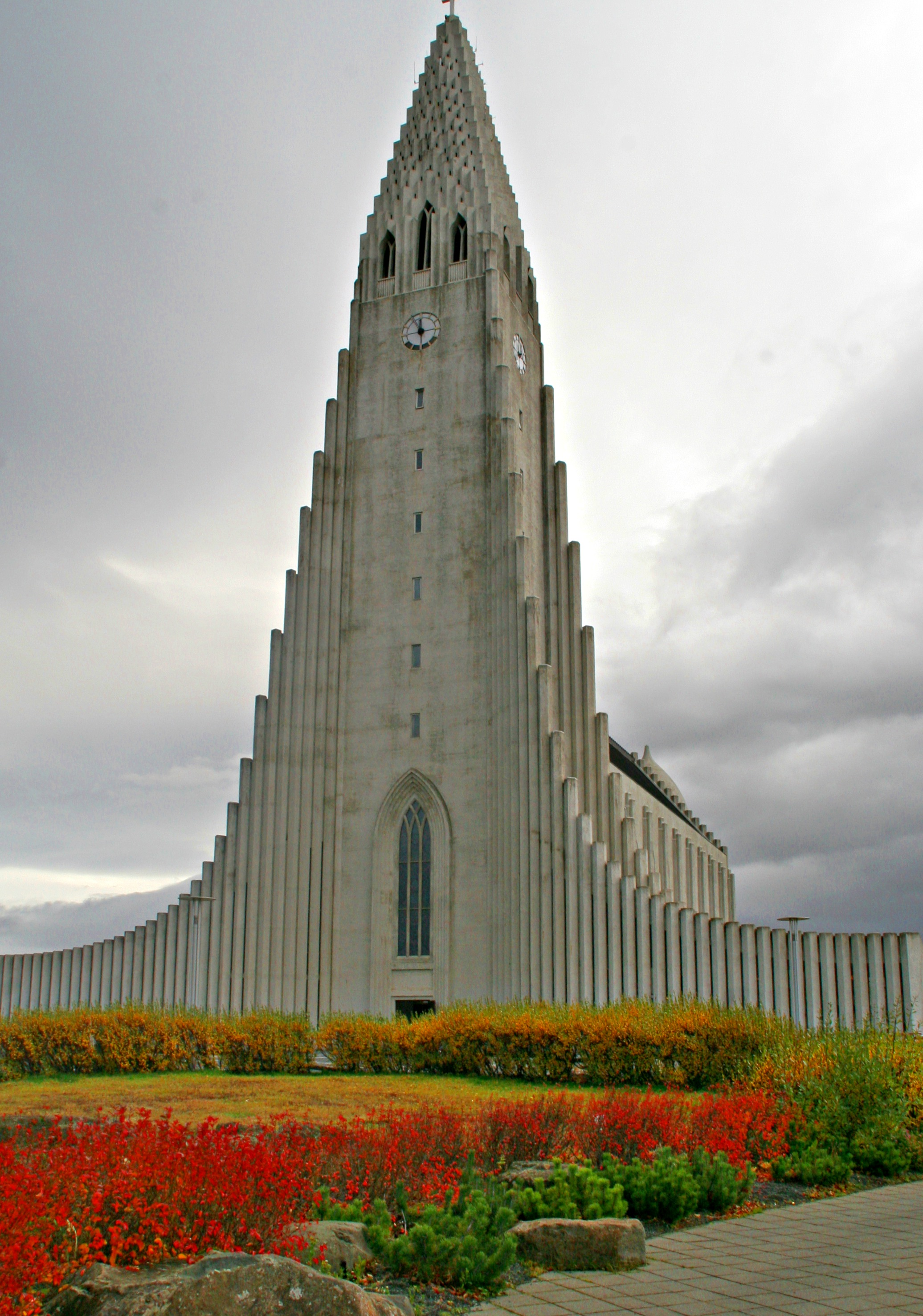 LANDEMERKE: Hallgrimskirken er av av hovedattraksjonene i sentrum. Utenfor står statuen av Erik Raude; Islands store sønn...